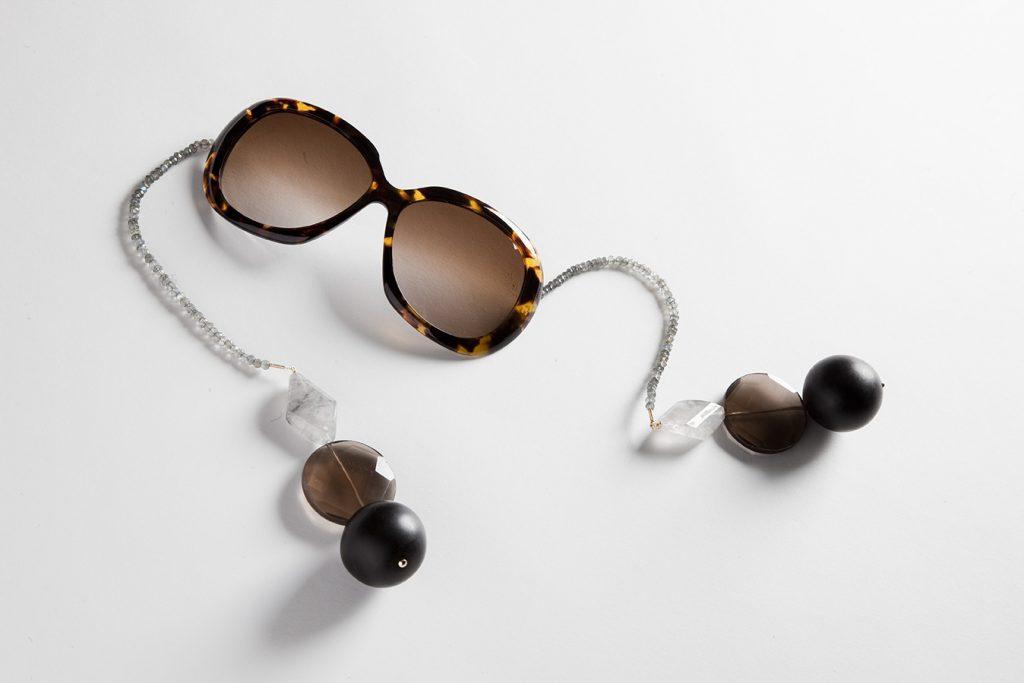 Due puttane calde con gli occhiali - Trombata sul divano ...