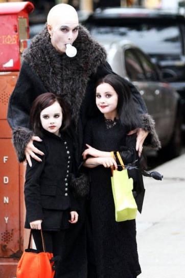 zio fester lampadina : Halloween 2012: i costumi delle star (foto) Drezzy