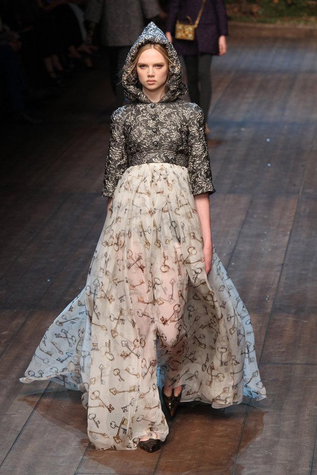 Milano Fashion Week Dolce Gabbana  perle e cristalli per la ... 20690ffc361