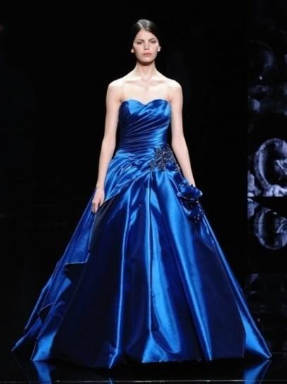 ... da sposa con top corto ricamato, e l' abito da sposa blu notte , per