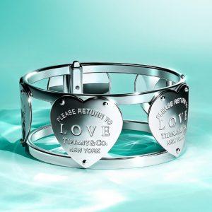 Tiffany bracciale in argento bangle con cuori return to for Tiffany londra indirizzo