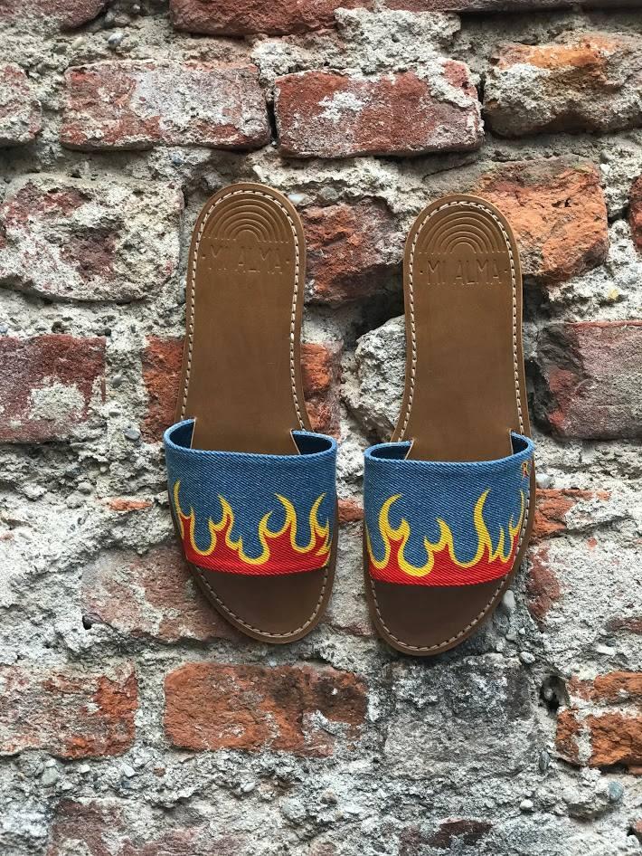 ciabatte in jeans con fiamme disegnate mi alma milano