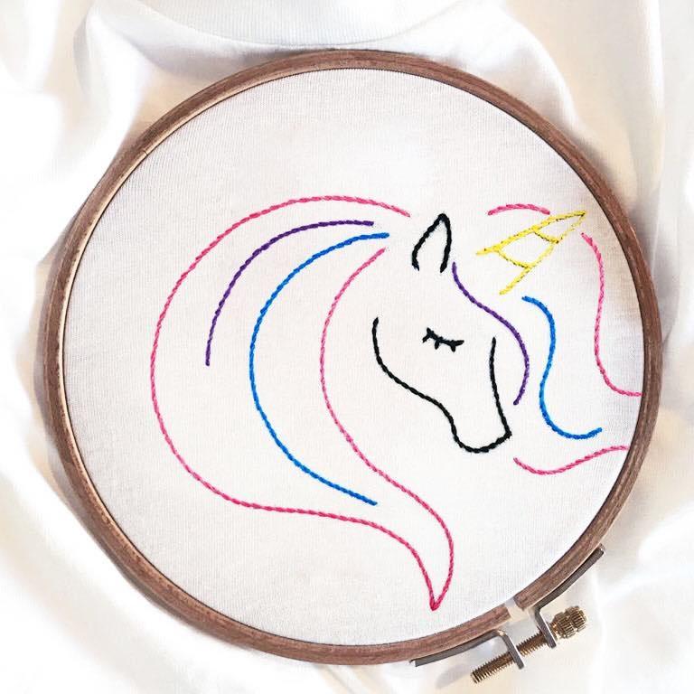 maglietta con unicorno ricamato a mano